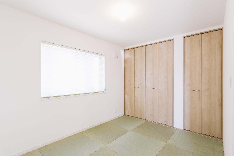 二つのクローゼットがあるリビング和室