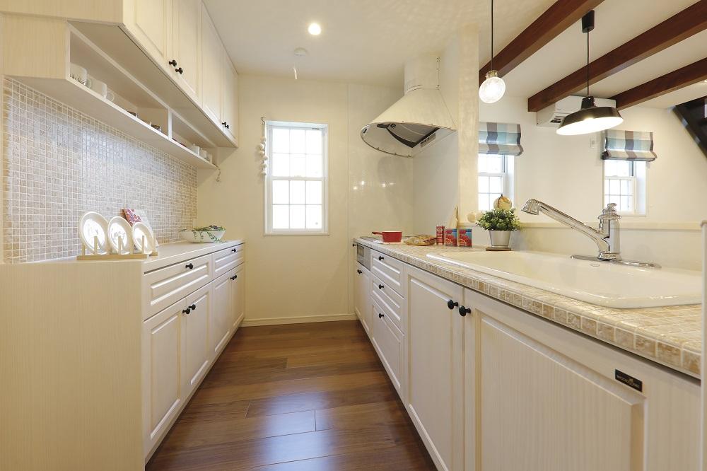 無垢材とタイルカウンターの可愛いキッチン