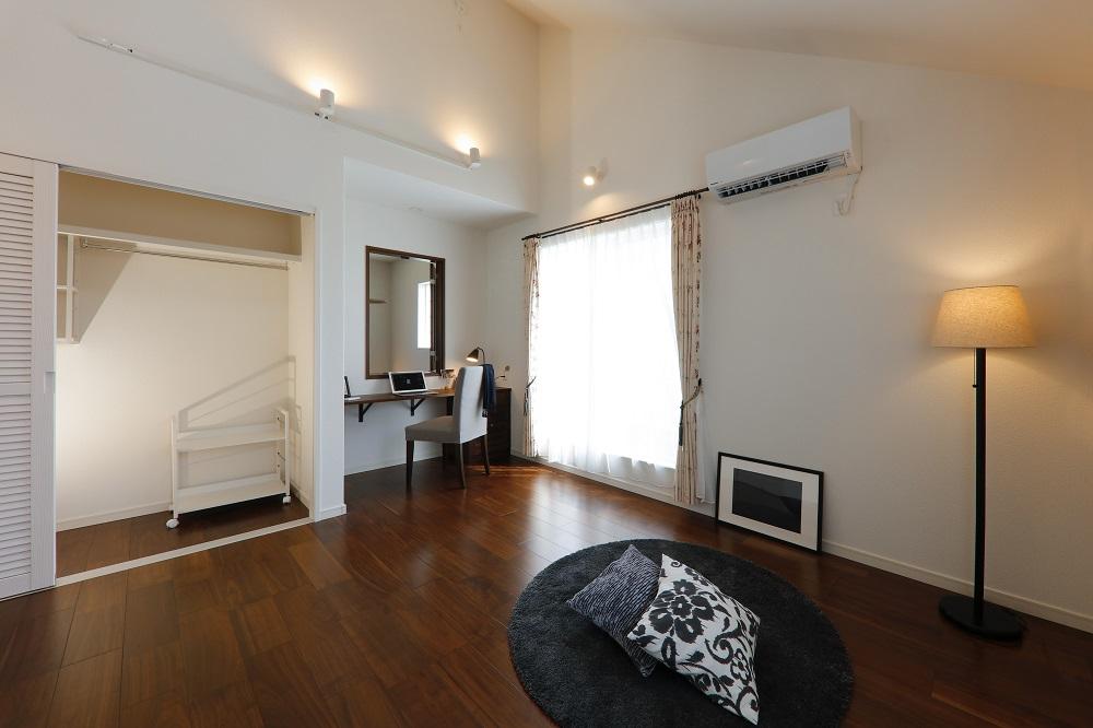 勾配天井の開放的な寝室