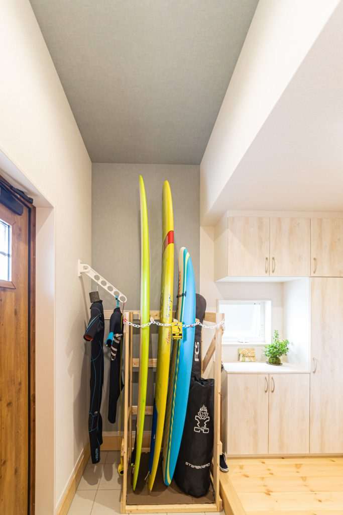 サーフボードをおしゃれに収納した玄関