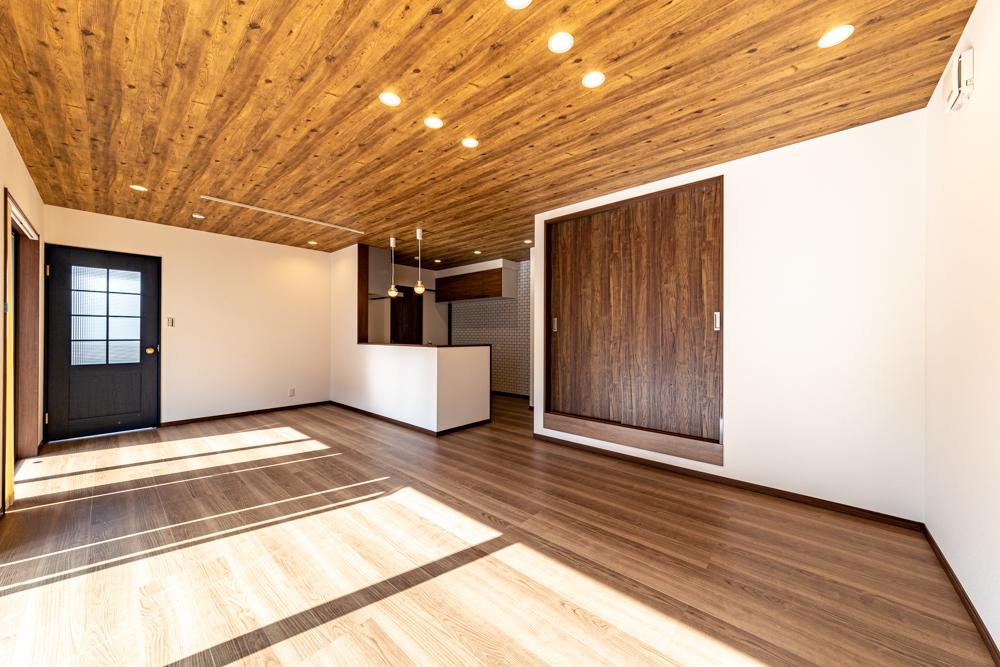 木目調の天井とダウンライトの組み合わせ