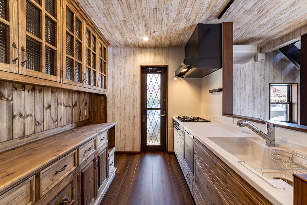 無垢材扉のおしゃれなキッチン
