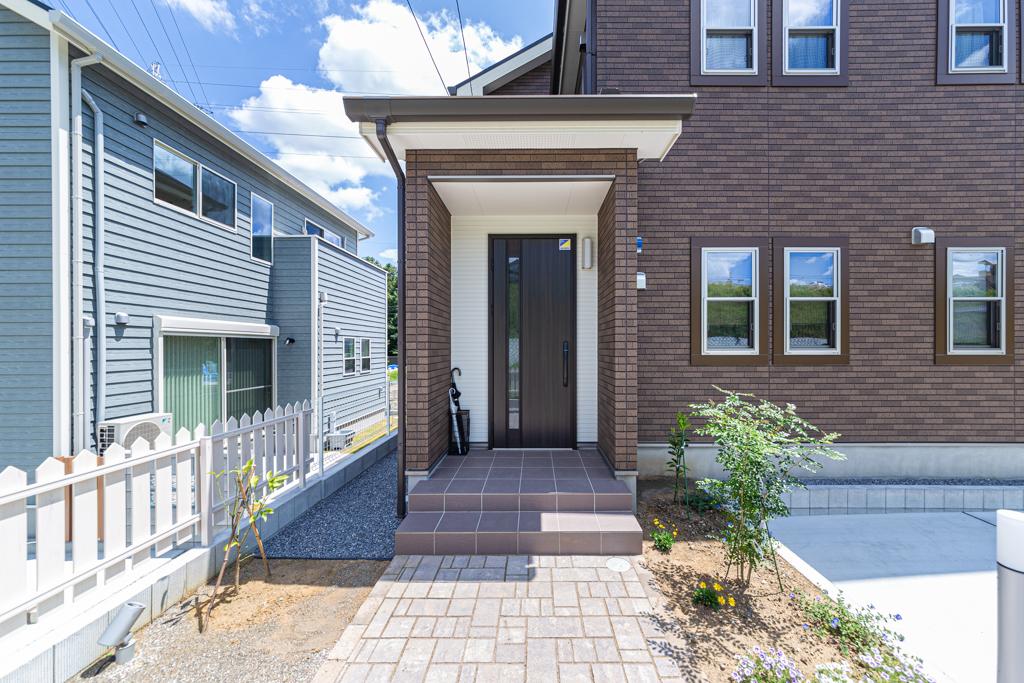 玄関タイルと外壁サイディングをトータルコーディネート