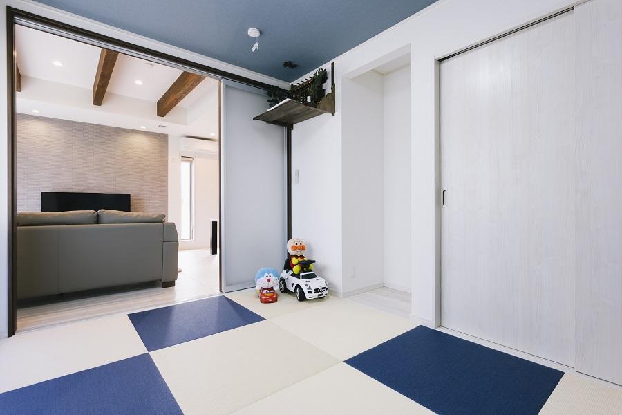 ブルーとホワイトの畳を使ったモダンな和室